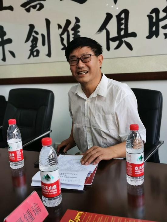 刘纯华在研讨会做主旨讲话