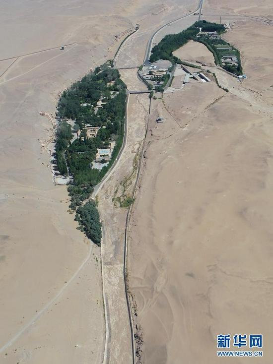 大泉河及其流经的敦煌莫高窟(7月6日摄,无人机照片)。新华社记者 刘诗平 摄