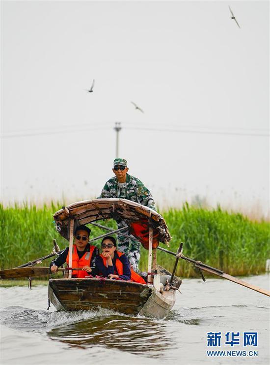 5月1日,游人乘坐游船欣赏白洋淀的美景。新华社记者 沈伯韩摄
