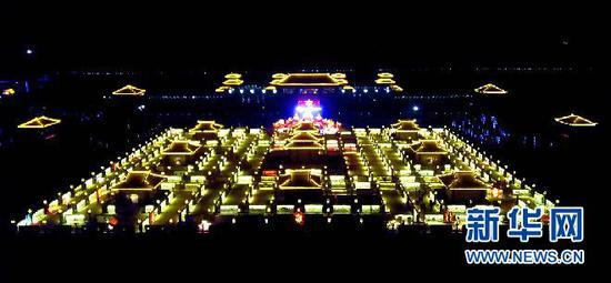 在张掖市甘州区碱滩镇古城村拍摄的九曲黄河灯阵(无人机拍摄)。(王生元 摄)