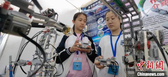 图为西北师范大学第二附属中学学生演示关节型机器人。 魏建军 摄