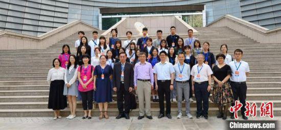 6月7日,中华优秀传统文化心理学应用工作坊在兰州大学启动。图为陇澳青年合影。 魏建军 摄