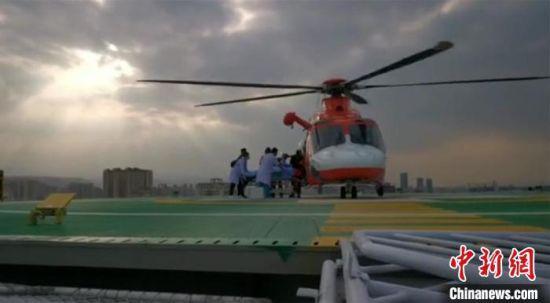 图为直升机在兰州大学第二医院楼顶停机坪降落,伤员以最快速度被送至ICU病房接受治疗。