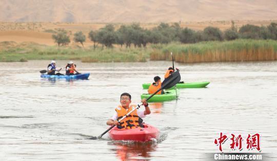 图为沙漠湖里玩皮划艇别有一番乐趣。 高展 摄