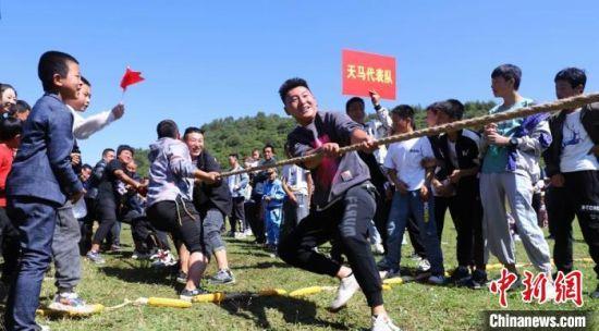 图为村民举行拔河比赛。 秦亭镇政府供图