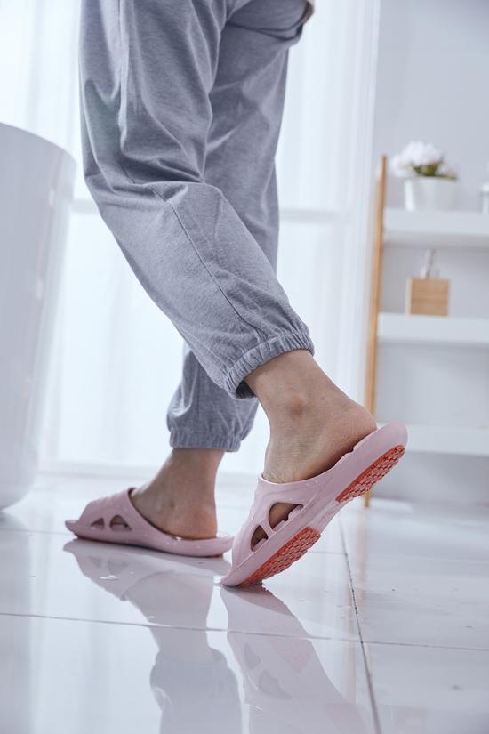 足力健安全拖鞋轻松应对各类湿滑场景