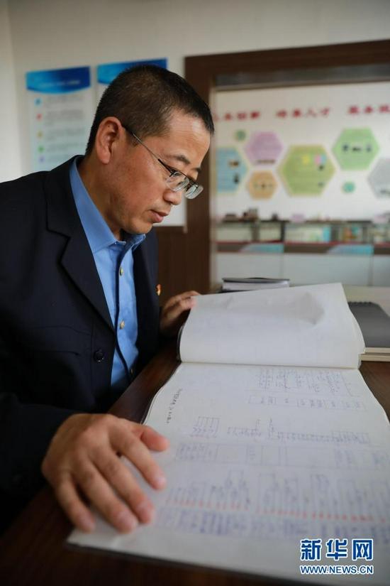 8月17日,石瑾在翻阅工作笔记。新华社记者 杜哲宇 摄