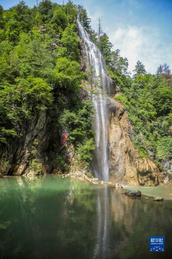 这是8月26日拍摄的官鹅沟国家森林公园内的瀑布。新华社记者 马希平 摄