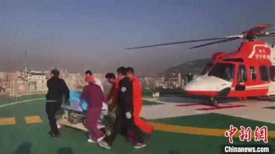 图为伤员以最快速度被送至ICU病房接受治疗。