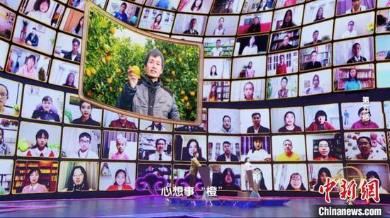 图为易守财在《中国诗词大会》(第六季)荧幕上推介家乡脐橙。 罗永皓 摄