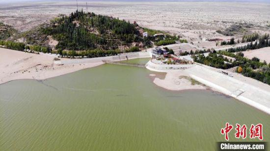8月下旬,航拍镜头下的甘肃武威市民勤县红崖山水库,碧绿的湖水静幽幽镶在沙海里,滋养着沙乡近30万民众。