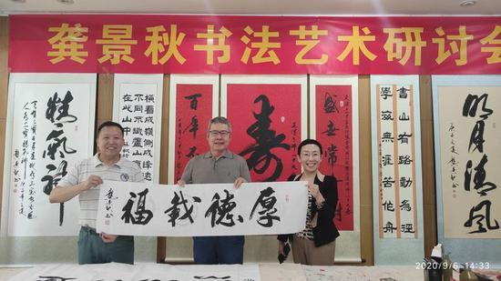 龚景秋和夫人与国务院法制办原主任胡修干