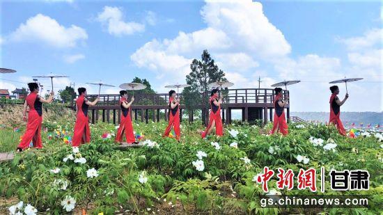 5月13日,平凉市崇信县牡丹文化园开园。图为旗袍展示。