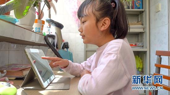 5月12日,芮芮在家通过电子设备学习。新华社记者 郎兵兵 摄
