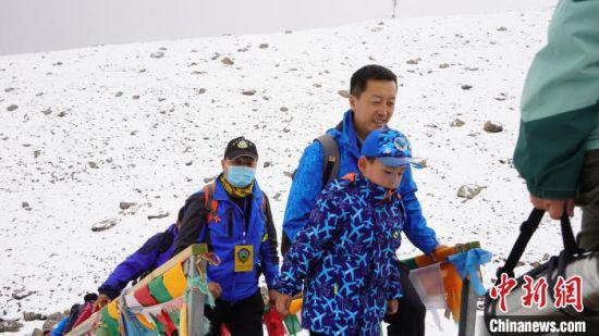 图为比赛选手攀登雪山。 郝进鹏 摄