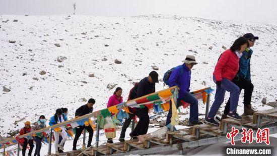 图为比赛选手攀登雪山。 杨锋 摄
