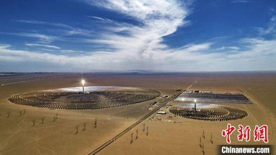 图为敦煌境内的中国首个百兆瓦级熔盐塔式光热电站。(资料图) 李玉龙 摄