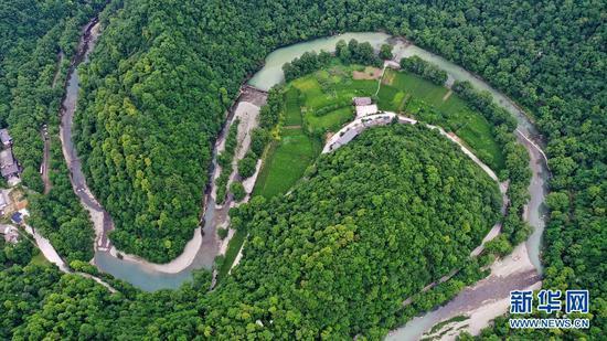 这是5月22日拍摄的甘肃省陇南市康县阳坝亚热带生态旅游景区(无人机照片)。新华社记者 陈斌 摄