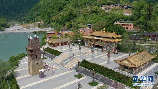 这是5月18日拍摄的陇南市宕昌县官鹅沟景区内的鹿仁村藏羌风情园(无人机照片)。新华社记者 陈斌 摄
