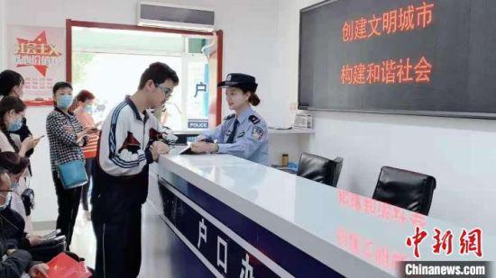 图为甘肃公安户籍部门为民众异地办理户口。(资料图) 甘肃省公安厅供图