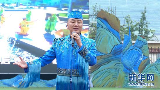 """6月24日,甘肃省民族歌舞团歌手马忠伟在""""花儿艺术节""""上演唱""""现代花儿""""。岷县融媒体中心供图"""