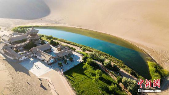 7月初,从空中俯瞰月牙泉,月牙泉宛如大漠中的一块碧绿翡翠。 王斌银 摄