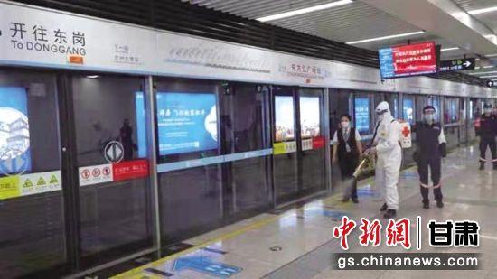 图为志愿者在地铁进行消杀工作。伊晓明 摄