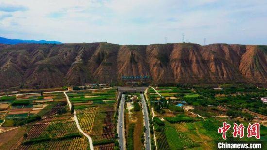 兰州市榆中县近年来加快生态建设,曾经的荒山变成如今满眼皆绿色。图为8月中旬,榆中县秋日景色。  彭昱 摄