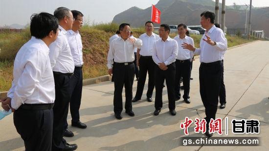 图为中国电建集团刘源一行17人实地查看示范区项目建设情况。