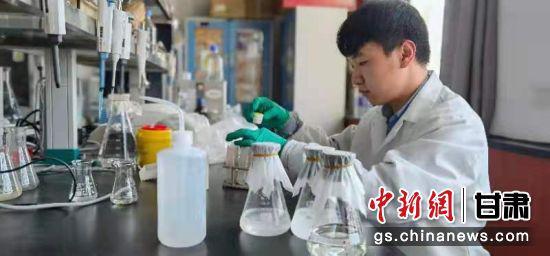 图为甘肃省膜科院一实验室。(资料图) 魏建军 摄
