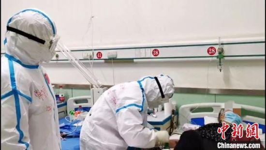 """3月14日,甘肃省定西市陇西县最后一例确诊患者治愈,宣告甘肃本地确诊病例""""清零""""。图为甘肃本地最后一例治愈患者。 甘肃省定西市电视台供图 摄"""
