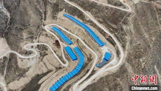 甘肃宕昌新寨乡多深山峡谷,可耕地较少。图为航拍蜿蜒山路上的毛驴养殖厂。 李亚龙 摄