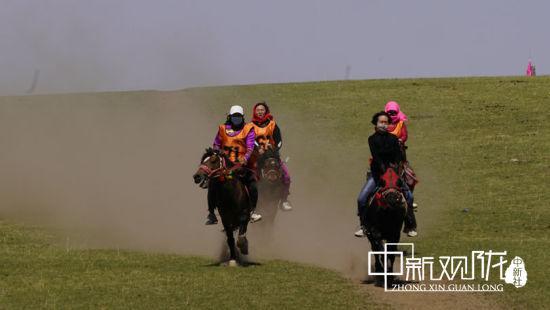 赛马项目分为大马走马比赛、小马走马比赛以及女子走马比赛三个项目。