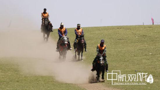比赛现场,骏马头戴红缨、颈系铜铃、身佩五色马鞍,比赛时,骏马奔驰,四蹄翻腾,长鬃飞扬,马背上挥舞马鞭的汉子英姿焕发,令围观的群众热血沸腾。