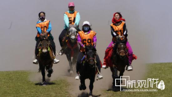 据了解,此次赛马会共有来自康乐镇赛罕塔拉马协会、马蹄乡热琼部落马协会以及大河乡回鹘部落马协会的80名骑手参加比赛。
