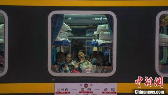 """15日22时34分,兰州铁路局""""环西部火车游·美丽铁路""""红色研学专列从兰州西站开行。 田多伟 摄"""