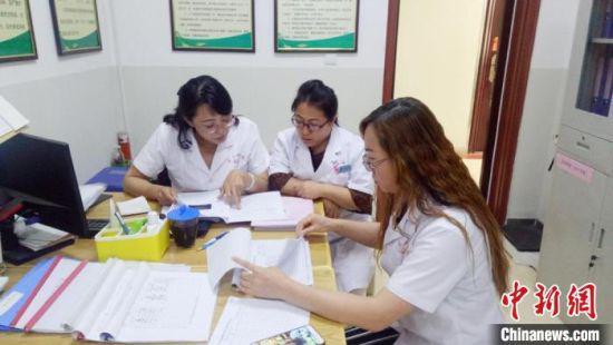 图为孙妍(左一)与同事研究治疗方案。(资料图) 受访者供图