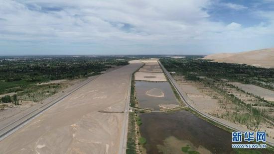 月牙泉恢复补水工程的渗水池。新华社记者 刘诗平 摄