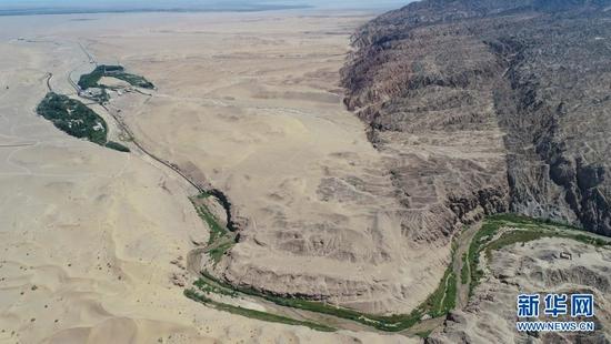 鸟瞰大泉河及其流经的敦煌莫高窟(7月6日摄,无人机照片)。新华社记者 刘诗平 摄