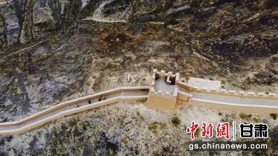 """悬壁长城有漫道、垛墙、墩台,其形状、气势很像北京的八达岭,看上去非常雄伟壮观,所以又被誉为""""西部的八达岭""""。"""