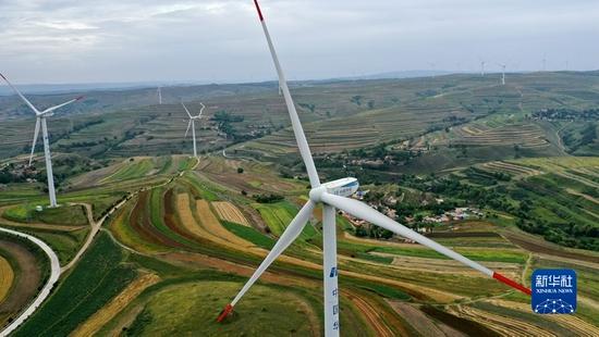 甘肃省定西市通渭县华家岭的梯田与风电机组(8月22日摄,无人机照片)。