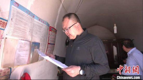 2020年1月25日,邱军走访了解贫困户家中饮用水情况。(资料图) 华池县委宣传部供图