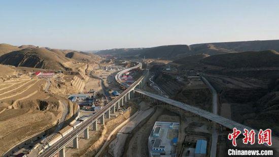高铁高速犹如两条巨龙穿越环县境内。(资料图) 李文 摄