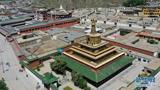 这是7月12日拍摄的拉卜楞寺贡唐宝塔(无人机照片)。新华社记者 陈斌 摄