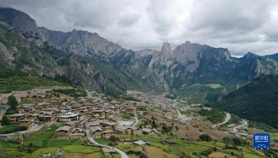 这是8月28日拍摄的扎尕那美丽风光(无人机照片)。新华社记者 杜哲宇 摄