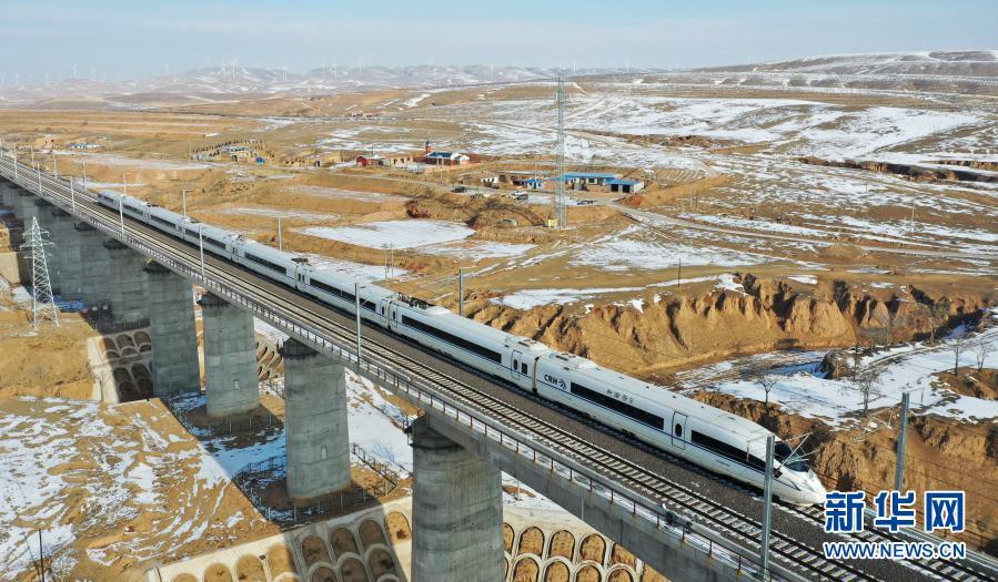 一列运行试验动车组列车驶过银西高铁马坊沟特大桥(12月12日摄,无人机照片)新华社记者 陈斌 摄
