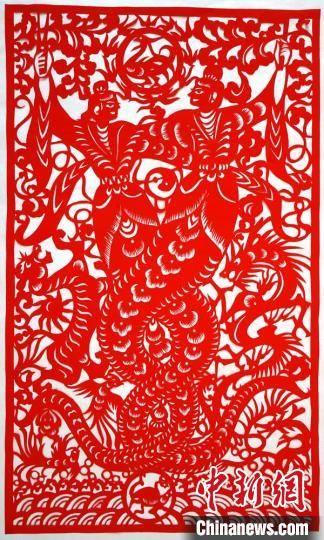 图为李敏贤创作的剪纸作品《女娲交尾》。 郭惠民 摄