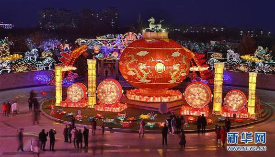 2月5日,游人在甘肃武威雷台庙会观灯。 新华社发(姜爱平 摄)