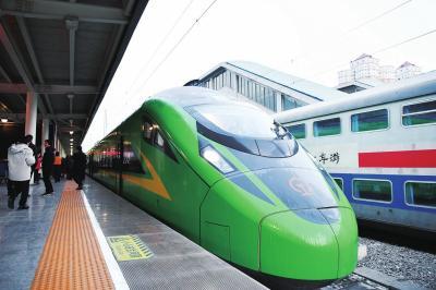 """1月8日,兰州至重庆北的D754次""""复兴号""""动车组列车准备从兰州火车站首发。□新华社照片"""