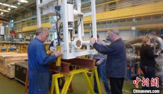 1999年,窦剑文带着自主研发的产品在苏格兰进行测试。(资料图) 窦剑文 摄